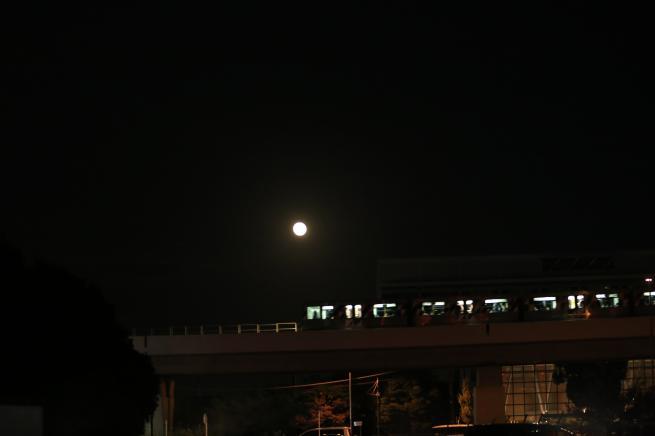 満月とシーサイドライン+023_convert_20151030042007