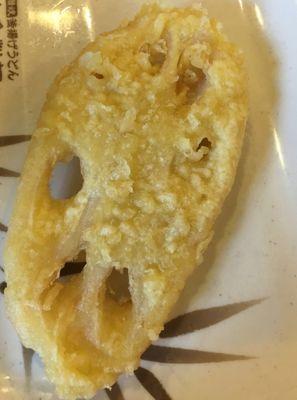 揚げたてのレンコンの天ぷら