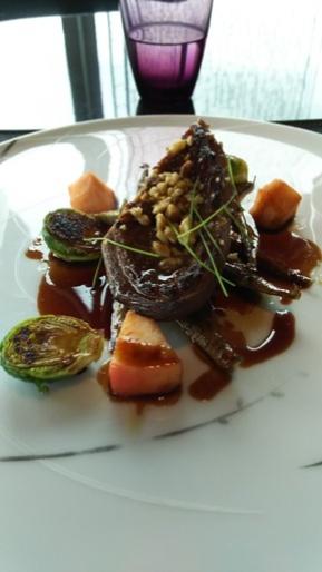 メイン     蜂蜜と胡桃でキャラメリゼした鴨胸肉のロースト 林檎 芽キャベツと牛蒡 ポートワインソース