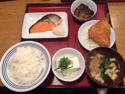 160103かっぽうぎ芝田店4品定食777円メイン焼き鮭と小鉢アジフライ、煮サバ、冷奴