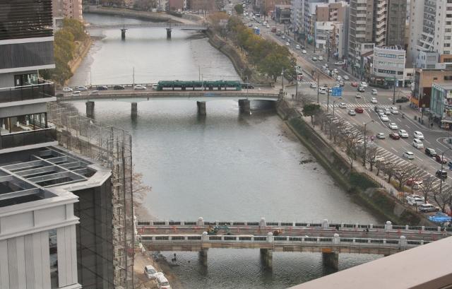 IMG_1828 荒神橋を電車が通る(640x409)