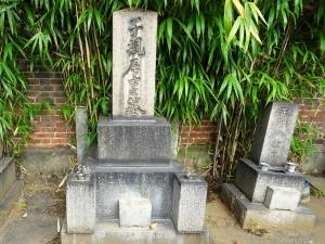 正岡子規の墓。右は母八重の墓