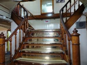 艦内の階段