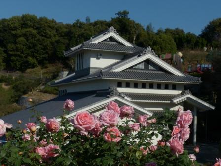 かわら館の建物とバラ 2