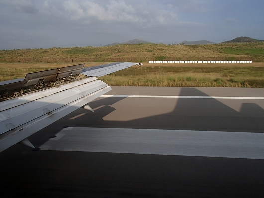 ANA便石垣空港着陸中11-20151030