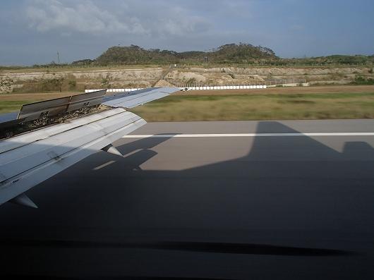 ANA便石垣空港着陸中10-20151030