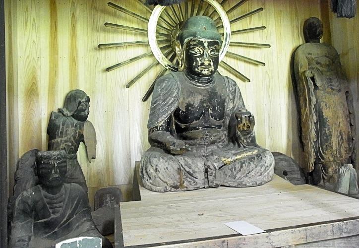 安楽寺のお堂に祀られる諸像