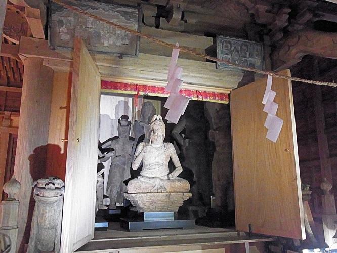 五社神社本殿内厨子に祀られた諸像