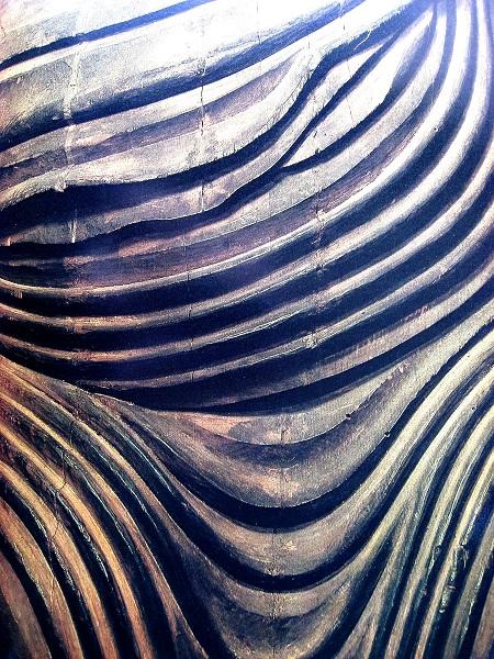 神護寺薬師如来像の衣文の彫口~鋭く鎬立つ(カヤ材)