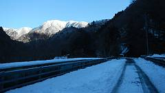1車道歩きから見た稜線は白銀でした-s