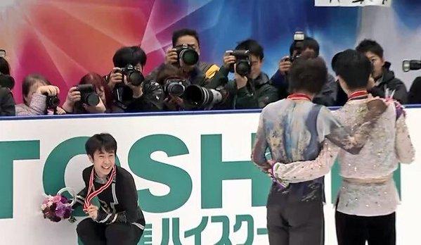 表彰式後の撮影で日本2人に遠慮して壁まで来てしまったボーヤン