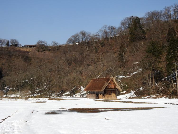 冬の雰囲気たっぷり。 お仲間との旅の思い出に・・・待ち遠しい春はまだまだですが・・・ 世界遺産 白川郷 ④