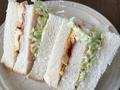 生ハムコールスローとオムレツのサンドイッチ