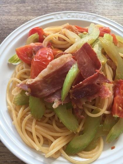 サラミとセロリとトマトのパスタ