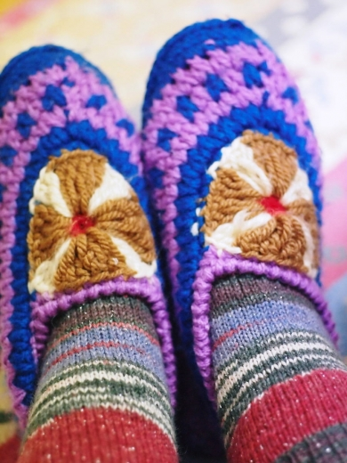 友人の姑様作ルームシューズと、友人作の靴下