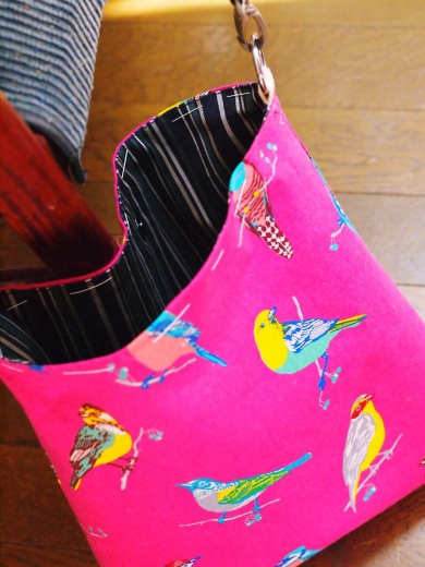 鳥柄のショルダーバッグ