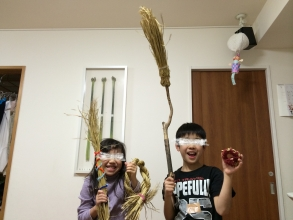 【子供と遊ぶ】 稲のワラで「コースター」、「ほうき」を作る♪