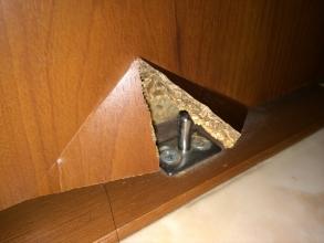 ママンション洗面所の吊り引戸(スライド式)の板が割れた!ダイソー木工用パテで修復DIY!