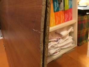 マンション洗面所の吊り引戸(スライド式)が故障!ダイソー木工用パテで修復DIY!