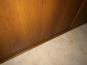 ンション洗面所の吊り引戸(スライド式)が故障!ダイソー木工用パテで修復DIY!