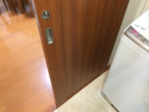 マンション洗面所の吊り引戸(スライド式)の板が割れた!ダイソー木工用パテで修復DIY!