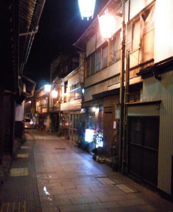 温泉街の裏通り(27.11.20)