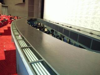 160104_3707「宝塚大劇場」舞台の銀橋とオケピVGA