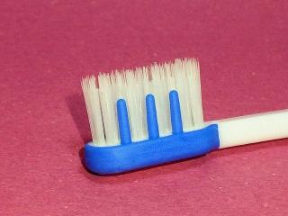 160224_3794100円ショップで買った3本入り歯ブラシVGA