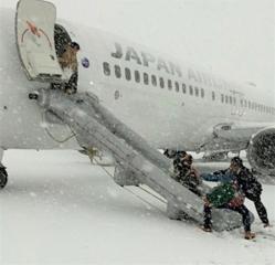 160223_JAL3512便新千歳→福岡離陸直前にエンジンから発煙緊急脱出_m_jiji-160223X967