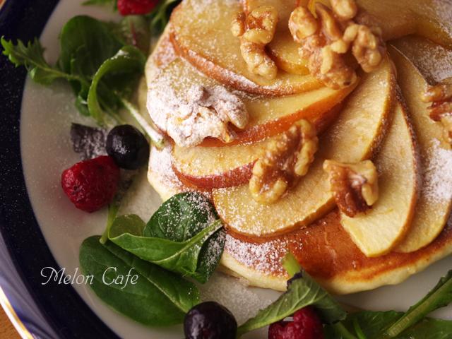 焼きリンゴのせパンケーキくるみ添えじんわり甘いあったか00