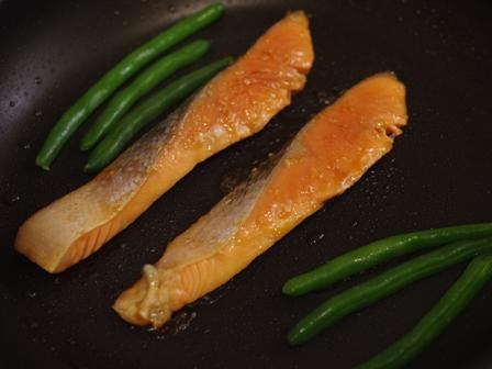 こんがりおいしい銀鮭の香りごま焼き02