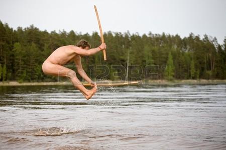 3941675-2-つの木製の武士の剣を持つ裸の男は水にジャンプします