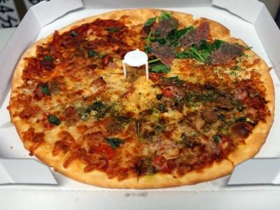ピザの食事風景