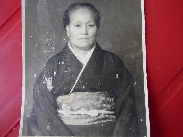 「母に会いたい。故郷の祭りを見たい。日本へ帰りたい!」と、地底から手が伸び、わが足を引き留める。