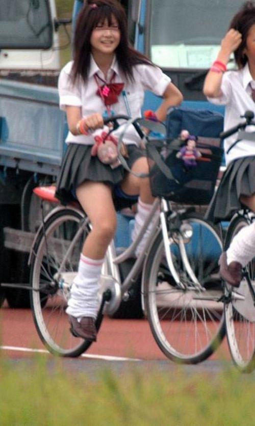 【盗撮画像】自転車通学中のJKは適当に歩いててもパンチラ見えてる説 41枚 No.13
