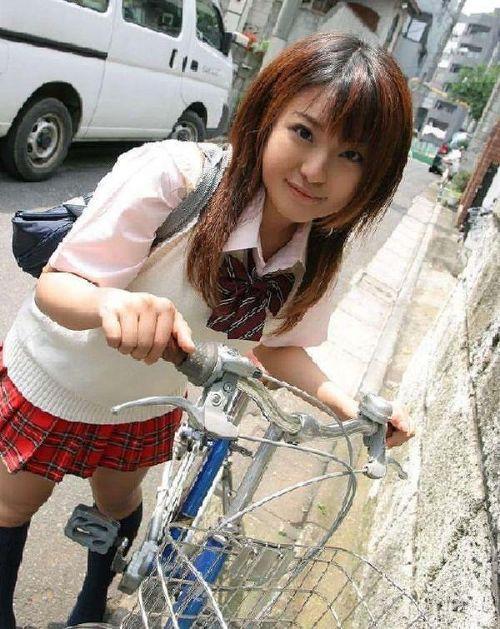 【盗撮画像】自転車通学中のJKは適当に歩いててもパンチラ見えてる説 41枚 No.35