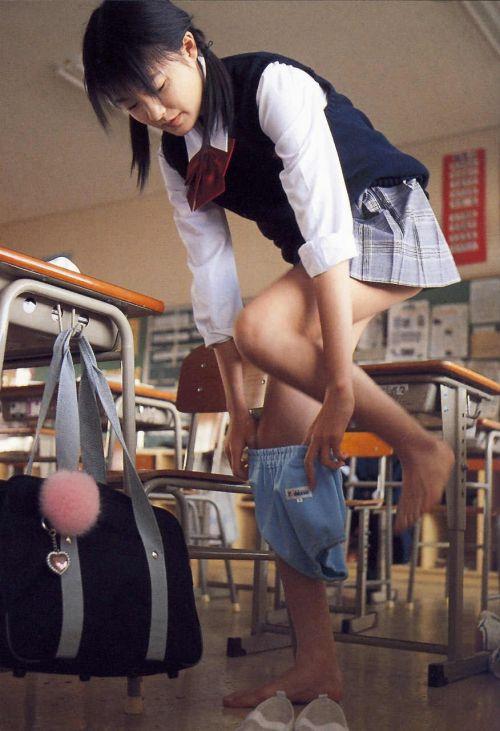 【画像】お尻を付き出したブルマ女子高生の股間エロ過ぎ! 39枚 No.8
