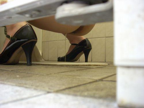 女子トイレの和式便所を後方の隙間から覗いた盗撮エロ画像 38枚 No.10