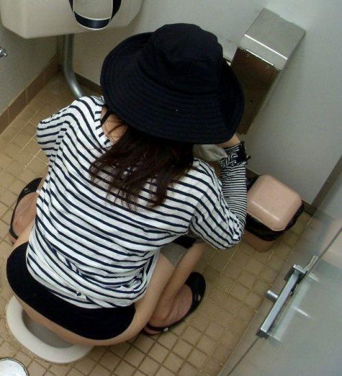 女子トイレの和式便所を後方の隙間から覗いた盗撮エロ画像 38枚 No.20