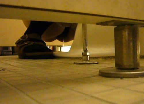 女子トイレの和式便所を後方の隙間から覗いた盗撮エロ画像 38枚 No.31