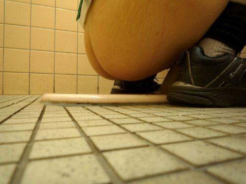 女子トイレの和式便所を後方の隙間から覗いた盗撮エロ画像 38枚 No.35