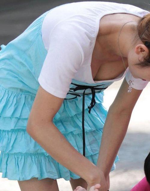 前傾姿勢でノーブラのお姉さんが乳首ポロリしてる盗撮エロ画像 38枚 No.2