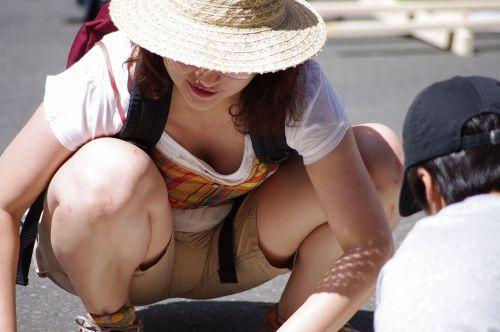 前傾姿勢でノーブラのお姉さんが乳首ポロリしてる盗撮エロ画像 38枚 No.7