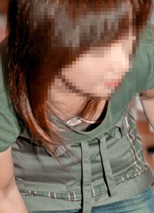 前傾姿勢でノーブラのお姉さんが乳首ポロリしてる盗撮エロ画像 38枚 No.15