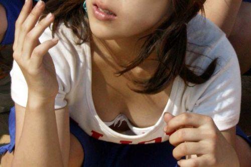 前傾姿勢でノーブラのお姉さんが乳首ポロリしてる盗撮エロ画像 38枚 No.22