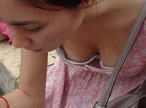 前傾姿勢でノーブラのお姉さんが乳首ポロリしてる盗撮エロ画像 38枚 No.24