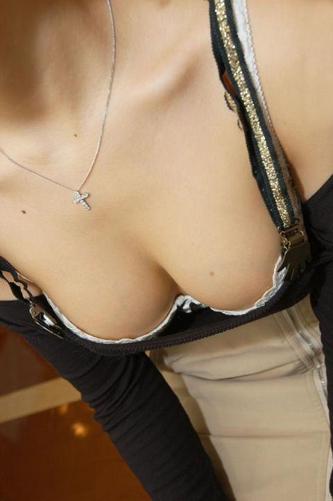 前傾姿勢でノーブラのお姉さんが乳首ポロリしてる盗撮エロ画像 38枚 No.28