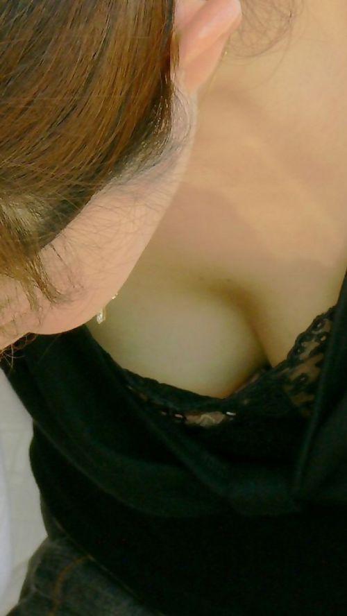 前傾姿勢でノーブラのお姉さんが乳首ポロリしてる盗撮エロ画像 38枚 No.35