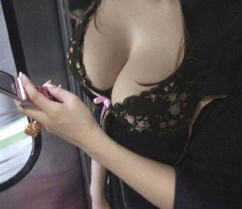 巨乳素人さんの胸チラとポロリだけを集めた盗撮エロ画像 43枚 No.5