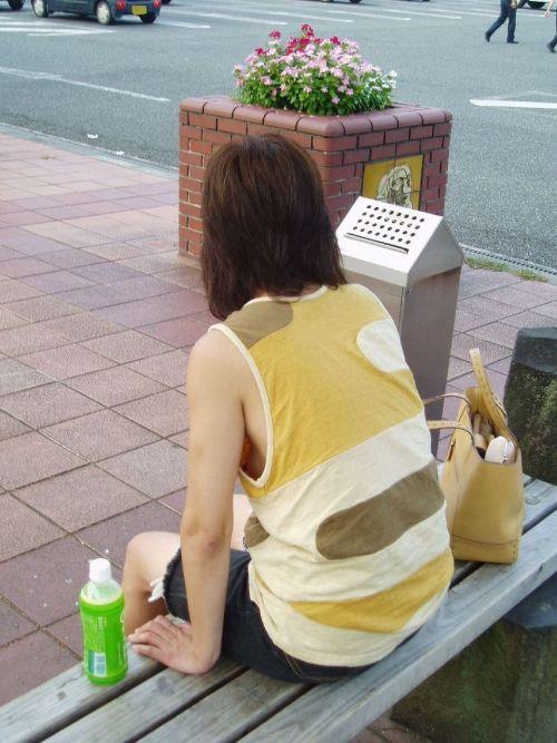 ノーブラ女性の横乳・ハミ乳・乳首ポロリ画像まとめ 42枚 No.9
